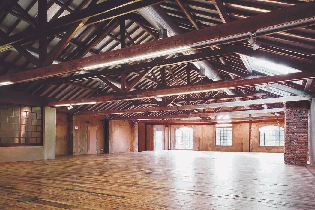 Sala Biplano: Centri congressi in stile  di STUDIO NICOLA GISONDA