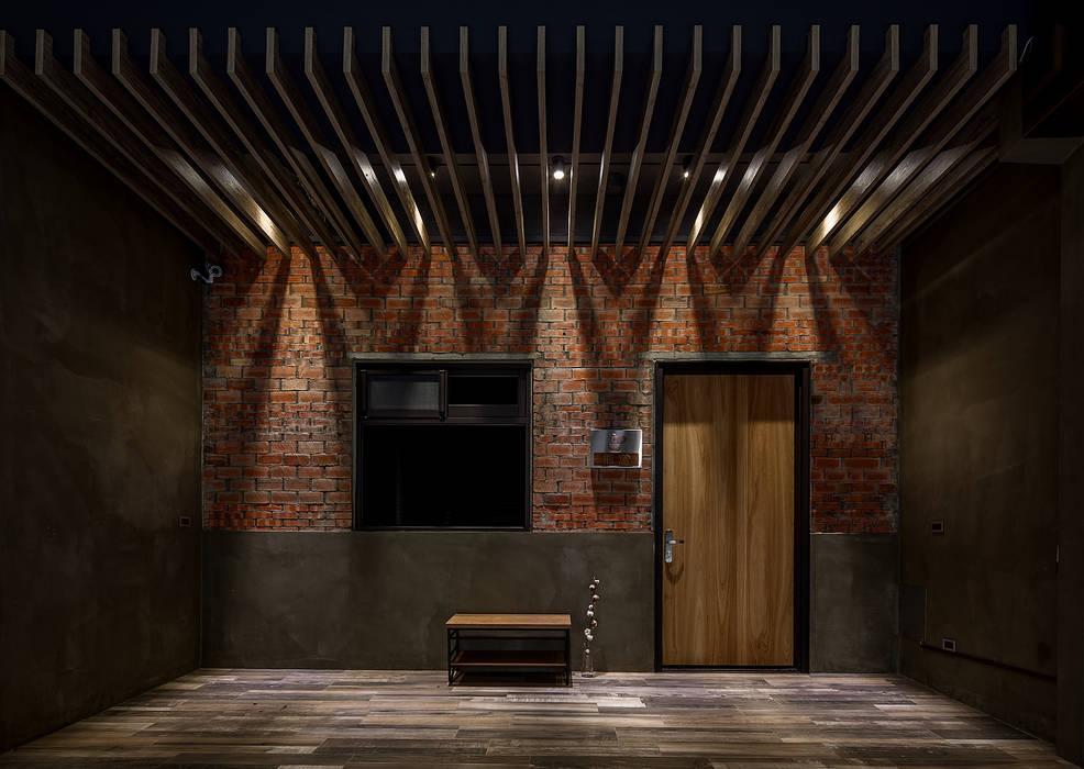 騎樓 by 漢玥室內設計 Industrial Solid Wood Multicolored