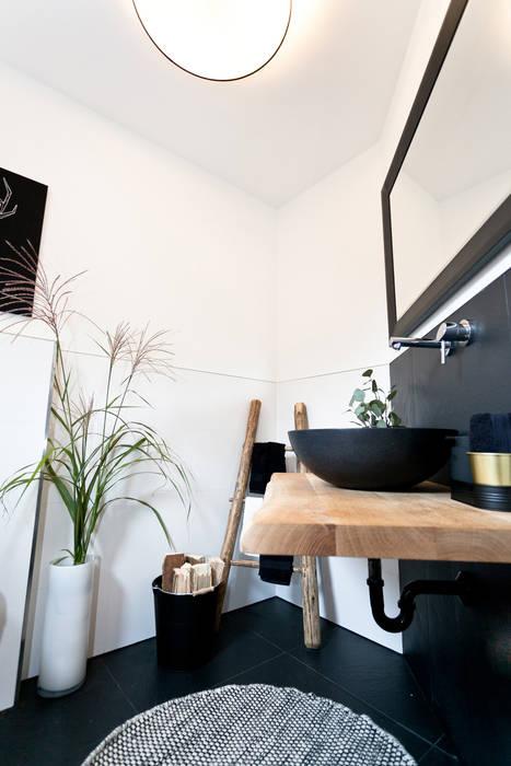 Waschtisch mit schwarzen waschbecken und holzplatte: badezimmer von ...
