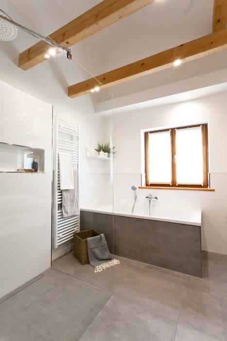 Großes badezimmer mit fliesen in betonoptik rustikale ...