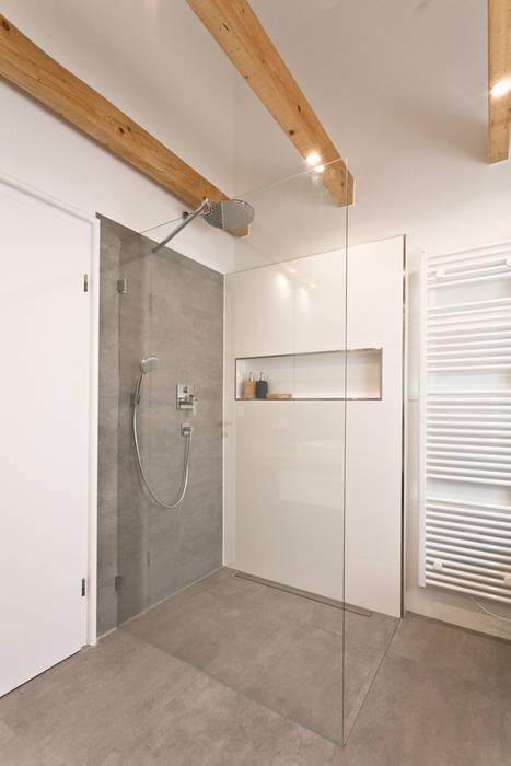 Bodengleiche Dusche in Betonoptik:  Badezimmer von Banovo GmbH,Rustikal