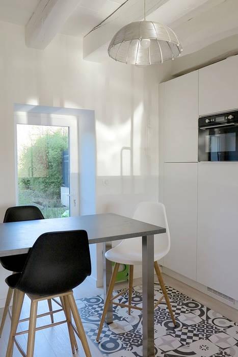 rénovation d'un corps de ferme: Cuisine de style de style Moderne par Backhome