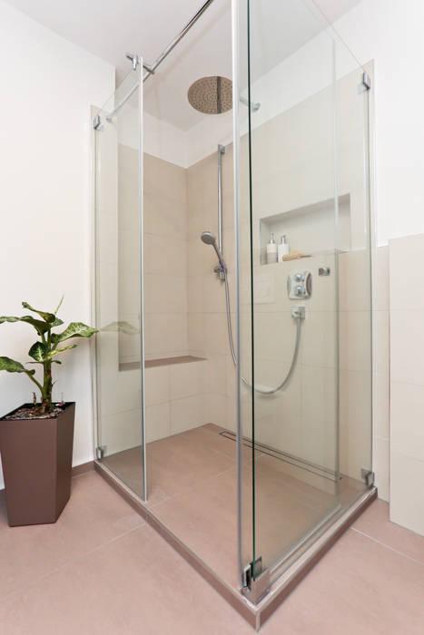 Großzügige wasserfalldusche aus glas: badezimmer von banovo gmbh ...