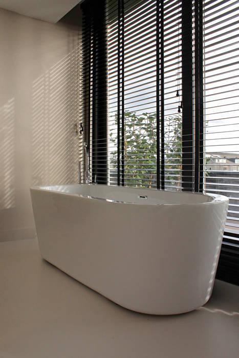 Pu-gietvloer in badkamer : minimalistische badkamer door motion ...