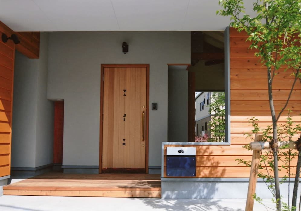 外で音楽を聴いてもいいよね 屋根のあるアウトドアリビング オリジナルスタイルの 玄関&廊下&階段 の (株)独楽蔵 KOMAGURA オリジナル