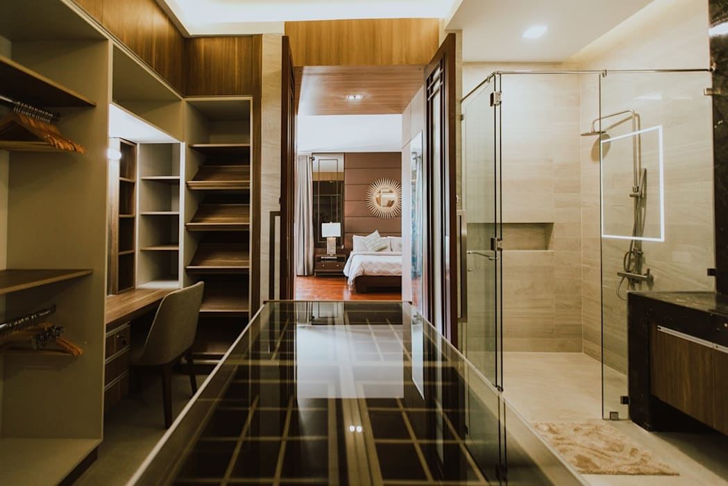 II House:  Dressing room by Living Innovations Design Unlimited, Inc.