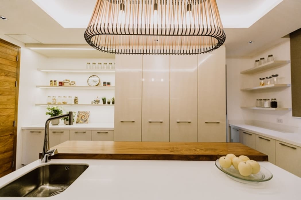 RT House:  Kitchen by Living Innovations Design Unlimited, Inc., Modern