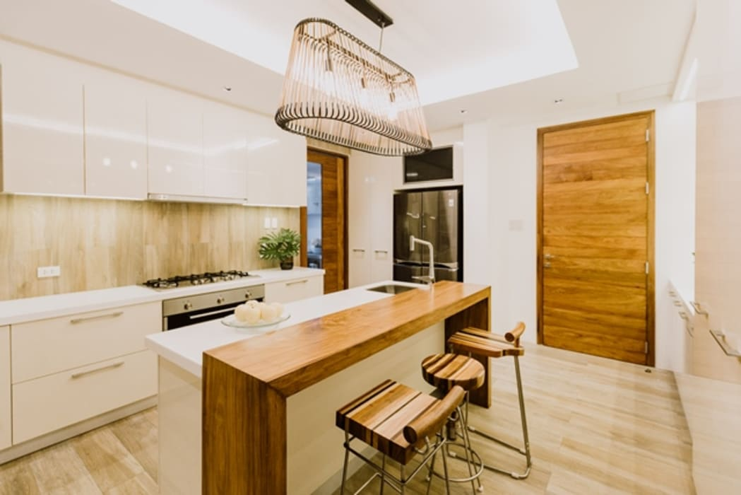 RT House:  Kitchen by Living Innovations Design Unlimited, Inc.