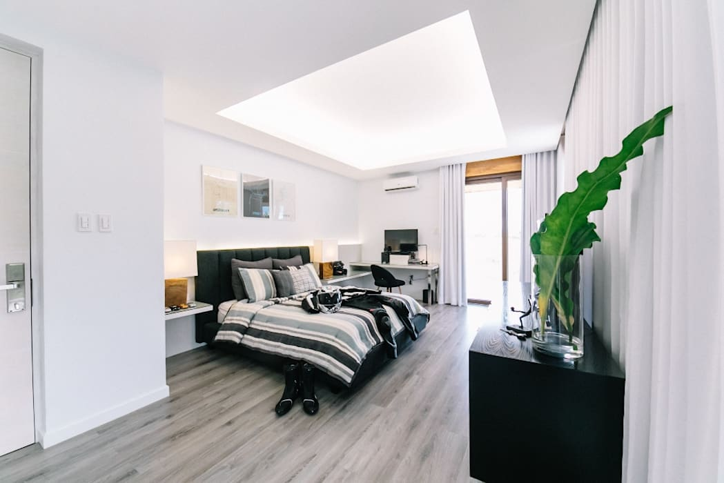 WW House:  Bedroom by Living Innovations Design Unlimited, Inc.