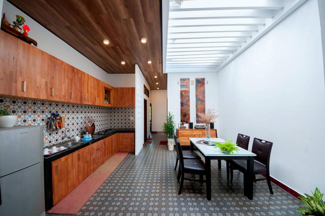 Ngôi Nhà Biến Đổi Bất Ngờ Sau Khi Được Cải Tạo Chỉ Với 350 Triệu:  Tủ bếp by Công ty TNHH Xây Dựng TM – DV Song Phát, Hiện đại