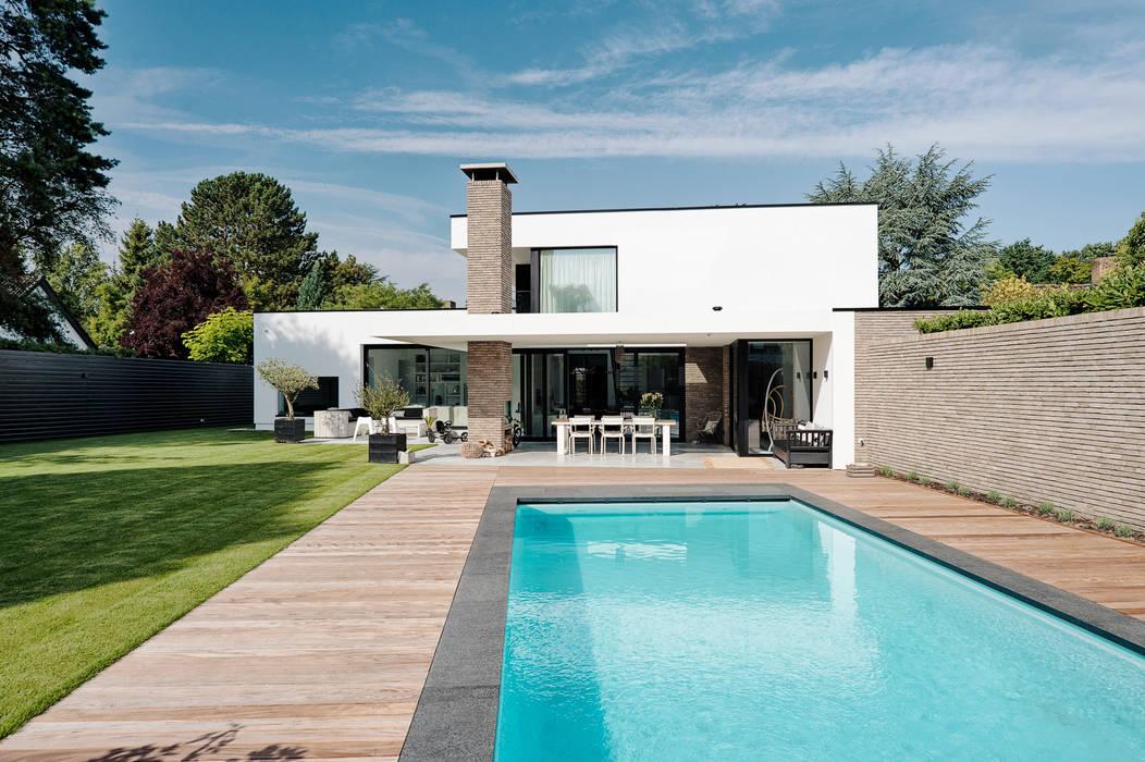 Achteraanzicht zwembad:  Villa door BB architecten
