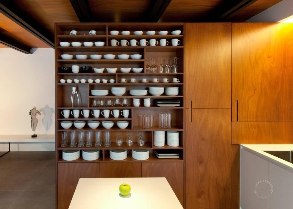Open space al piano terra: Cucina attrezzata in stile  di Paola Maré Interior Designer