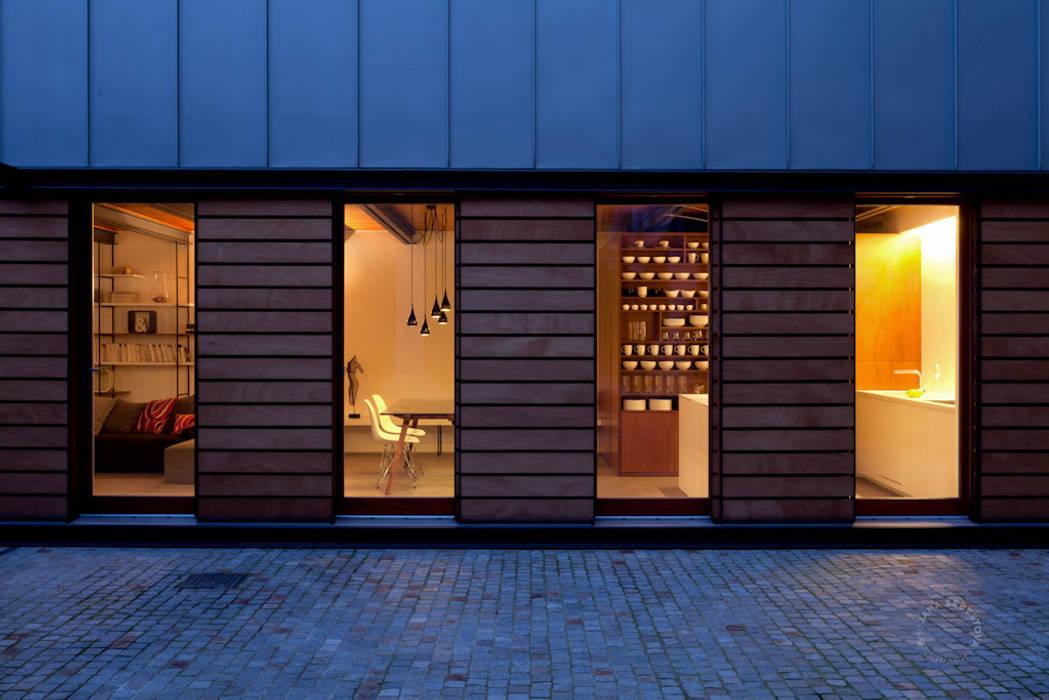 Facciata sul cortile: Casa unifamiliare in stile  di Paola Maré Interior Designer