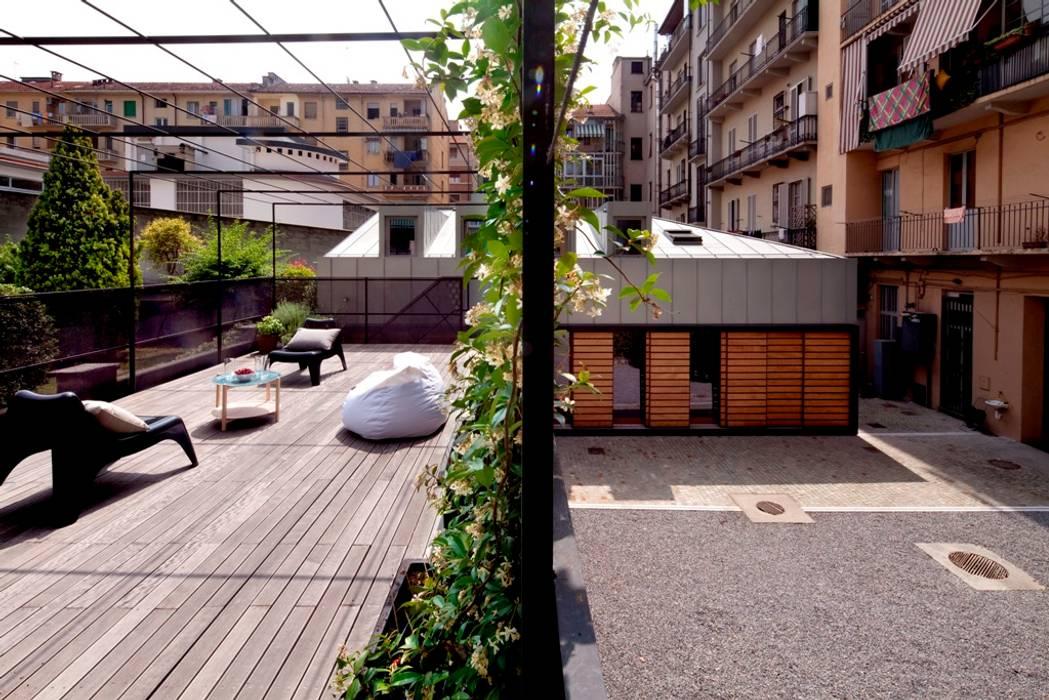 Facciata e terrazzo: Casa unifamiliare in stile  di Paola Maré Interior Designer