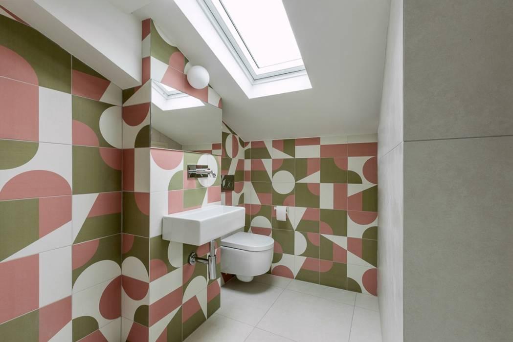 Bagno in mansarda: Bagno in stile in stile Moderno di Paola Maré Interior Designer