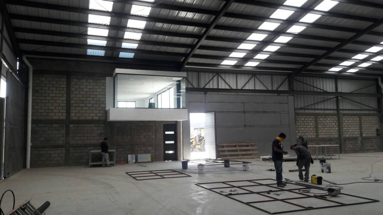 Industriale Bürogebäude von CESAR MONCADA SALAZAR (L2M ARQUITECTOS S DE RL DE CV) Industrial