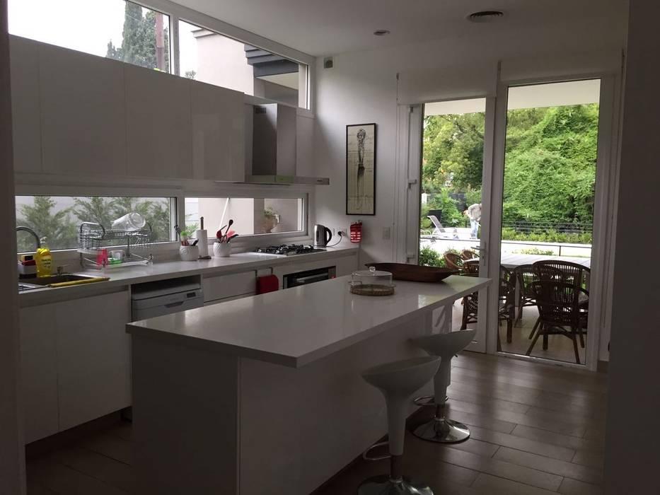 CASA EN TORTUGAS CC Estudio Dillon Terzaghi Arquitectura - Pilar Muebles de cocinas Blanco