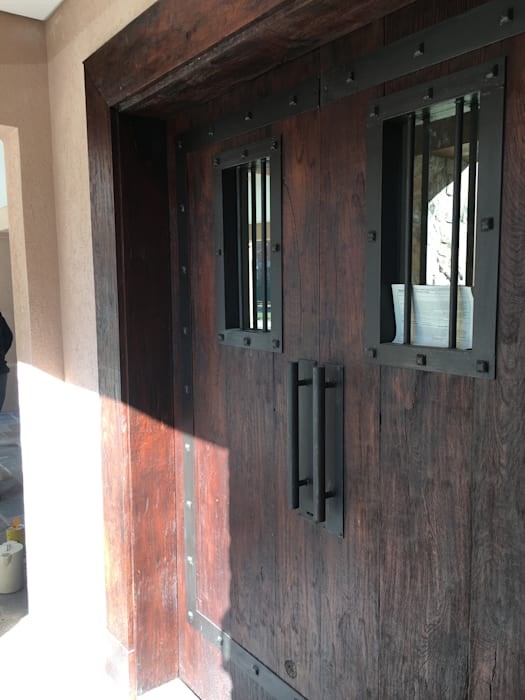 CASA EN SAINT THOMAS CC: Puertas de entrada de estilo  por Estudio Dillon Terzaghi Arquitectura - Pilar