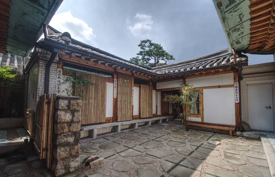 'Hyehwa1938' - korean modern traditional house: 참우리건축의  정원,한옥