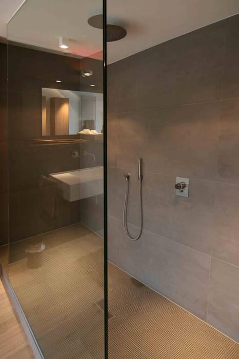 Duschbereich mit Glasabtrennung:  Badezimmer von Axel Fröhlich GmbH