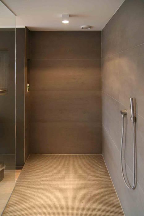 Großformatige fliesen moderne badezimmer von axel fröhlich ...