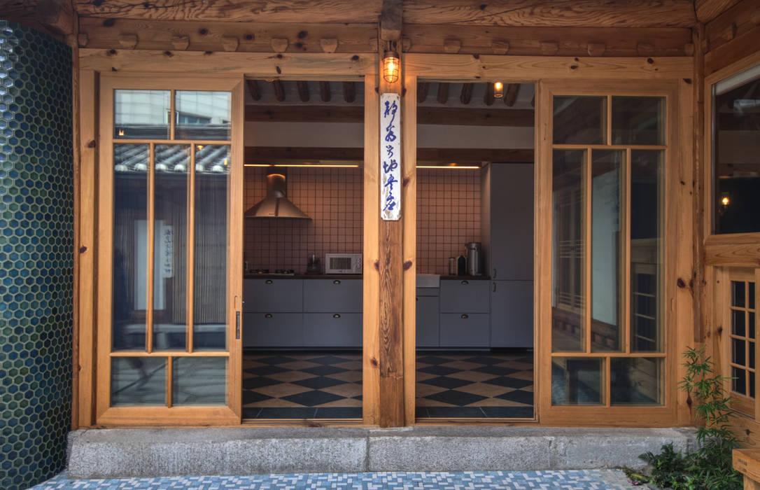 Puertas de estilo  por 참우리건축, Asiático