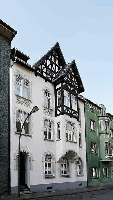 Außenansicht mit umgebautem Dachgeschoss Klassische Häuser von schüller.innenarchitektur Klassisch Ziegel