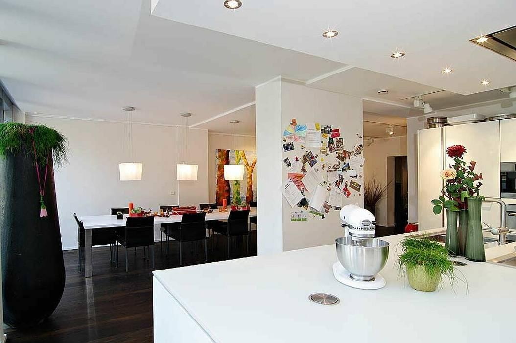 Küche und Essbereich schüller.innenarchitektur Minimalistische Küchen Holz