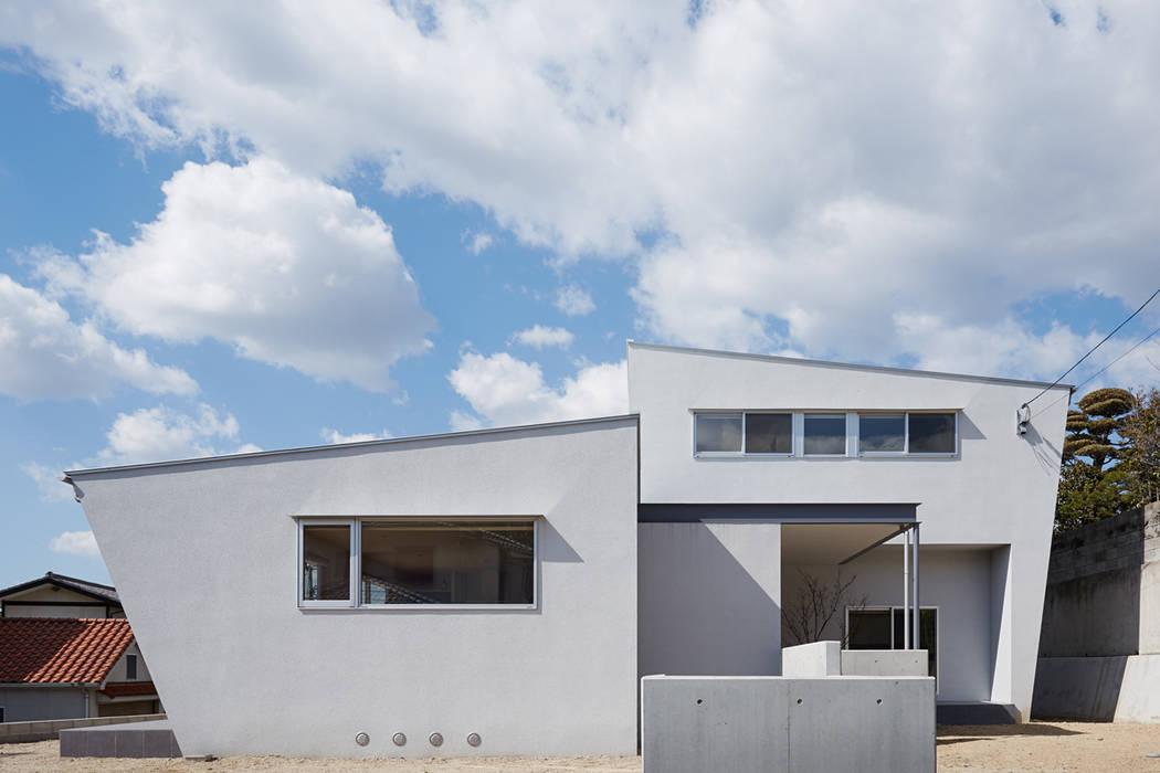 高台に建つ家: toki Architect design officeが手掛けた家です。,モダン 鉄/鋼