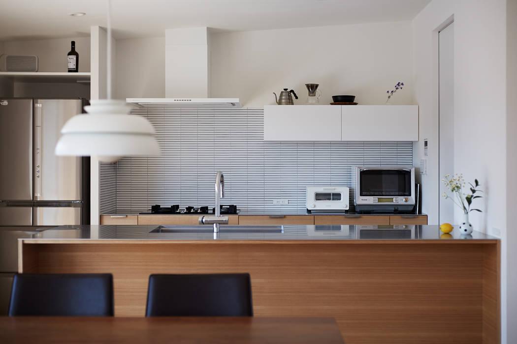 高台に建つ家 モダンな キッチン の toki Architect design office モダン タイル