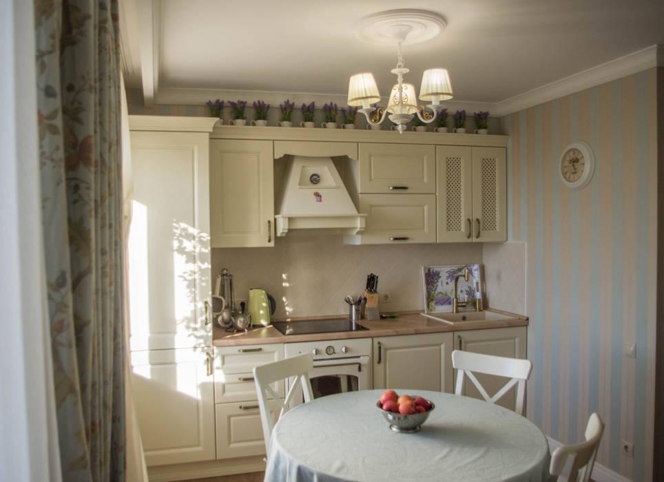 Гостиная-кухня в стиле Прованс в трехкомнатной квартире: Встроенные кухни в . Автор – Дизайн-студия интерьера и ландшафта 'Деметра', Кантри