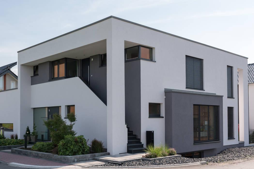 Treppenaufgang zur oberen Wohnung:  Häuser von Grotegut Architekten