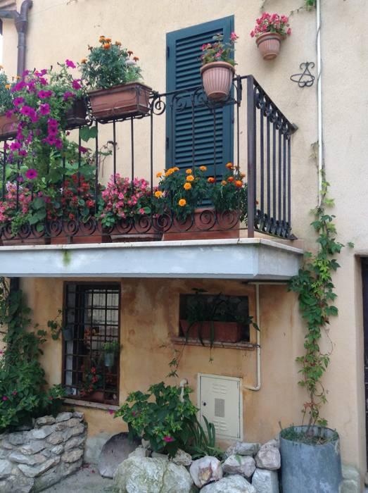 Hiên, sân thượng phong cách mộc mạc bởi Au dehors Studio. Architettura del Paesaggio Mộc mạc