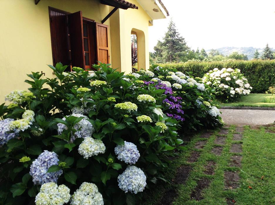 Classic style garden by Au dehors Studio. Architettura del Paesaggio Classic