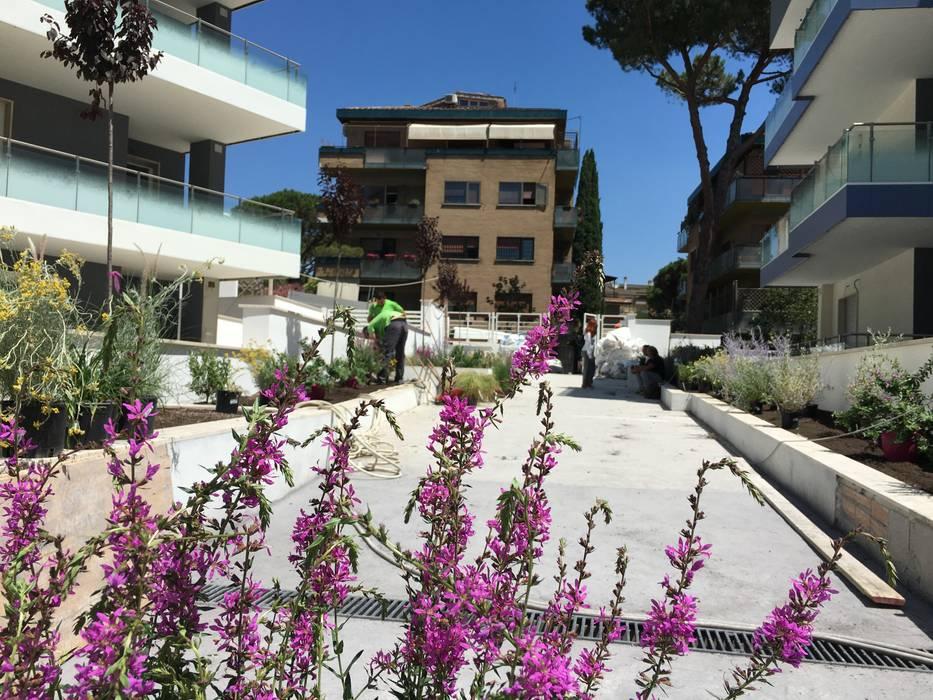 Condominio di design: Condominio in stile  di Au dehors Studio. Architettura del Paesaggio