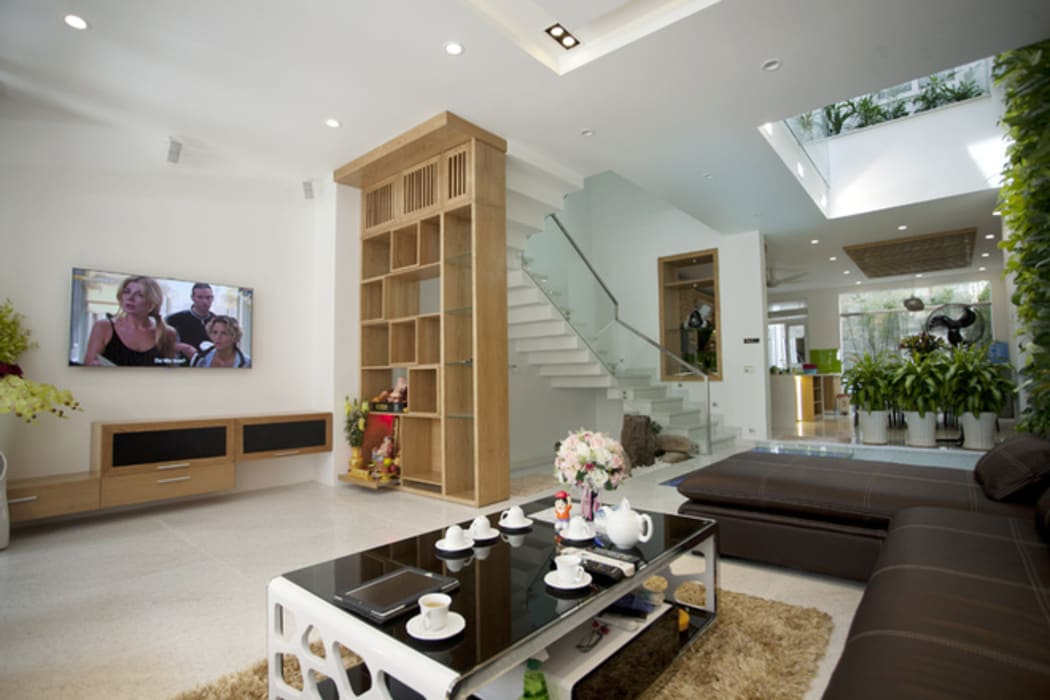 Không khí đón tiếp tràn sức sống tại tầng một của ngôi nhà. Phòng khách phong cách châu Á bởi Công ty TNHH TK XD Song Phát Châu Á Đồng / Đồng / Đồng thau