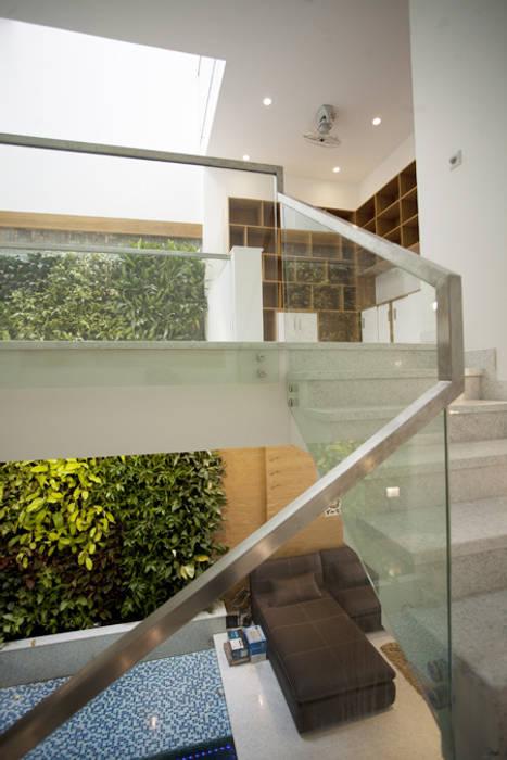 Cầu thang được thiết kế tay vịnh bằng vật liệu kính sang trọng.:  Cầu thang by Công ty TNHH TK XD Song Phát