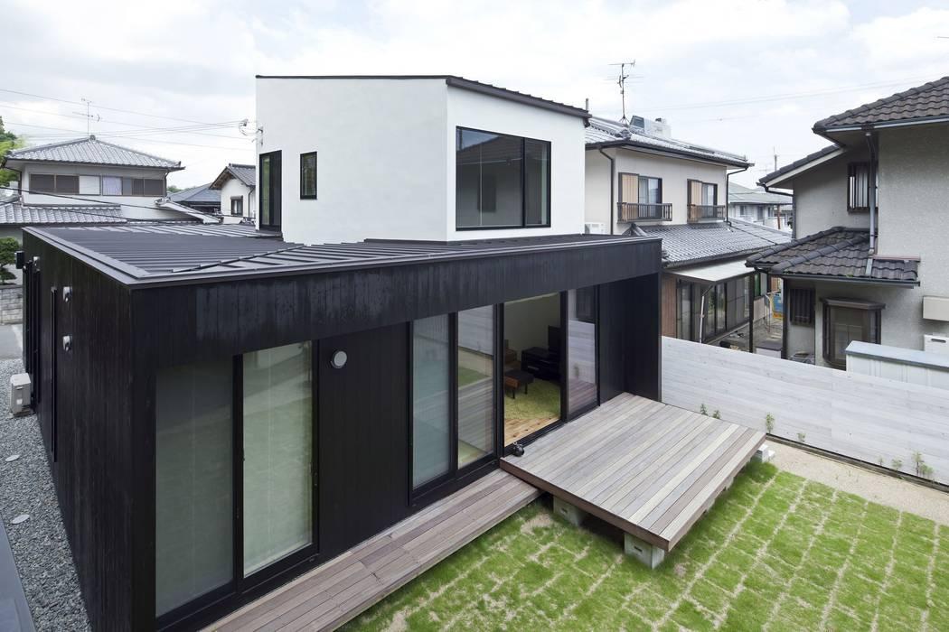小さな中庭と大きな縁側 山本嘉寛建築設計事務所 YYAA 屋根 木 黒色