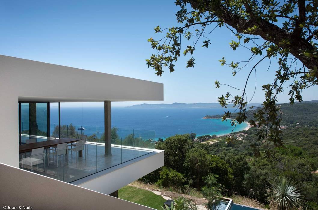 vue mer depuis la terrasse de la villa : Villa de style  par Raphaël Henry-Biabaud