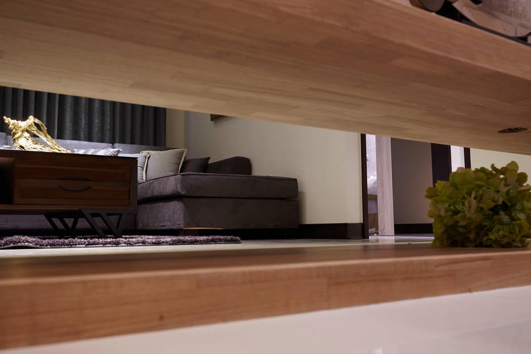 透過隱現的交替作用 營造豪宅低調奢華本質:  客廳 by 雅和室內設計