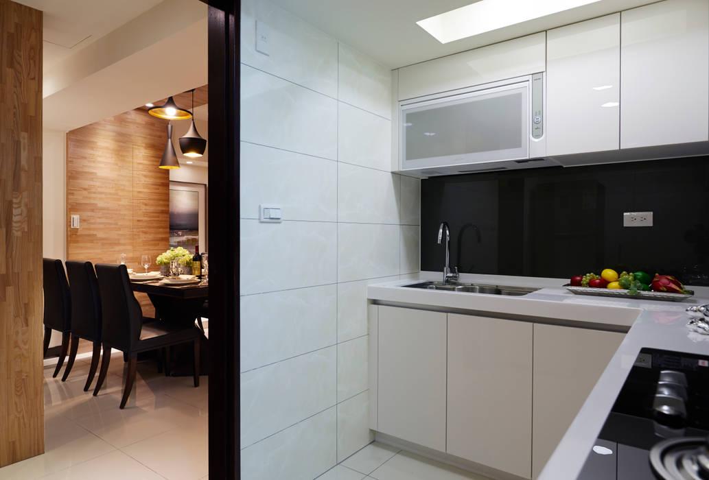 空間通透:  廚房 by 雅和室內設計
