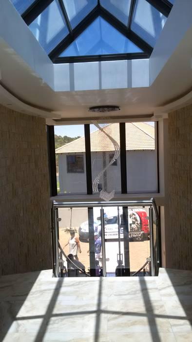 Pasillos, vestíbulos y escaleras modernos de AH Architects Moderno