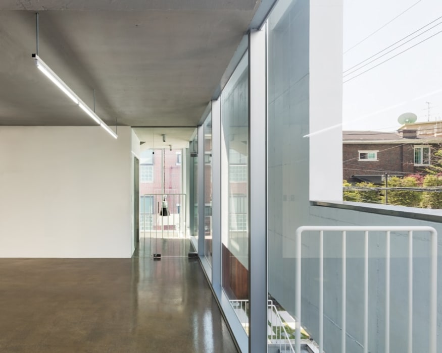 Modern corridor, hallway & stairs by L'eau Design Modern