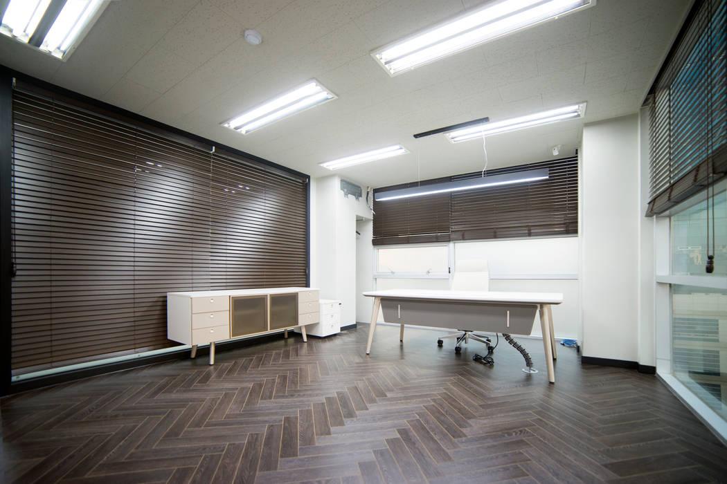 Офисные помещения в стиле модерн от 제시카디자인그룹 Модерн
