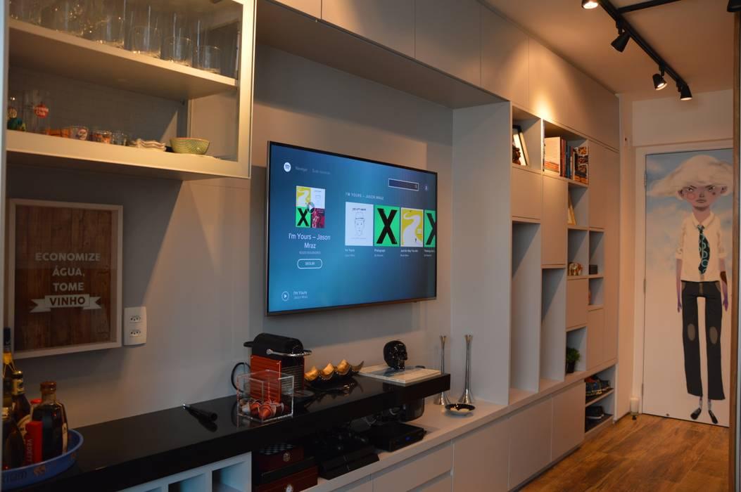 Painel de tv personalizado: Closets  por Studio Elã