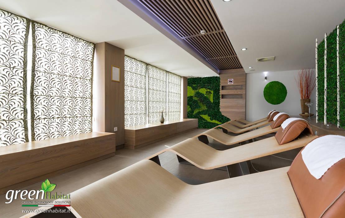 SALA MASSAGGI GIARDINO VERTICALE: Bagno in stile in stile Moderno di Green Habitat s.r.l.