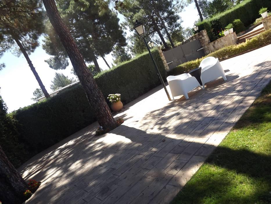 Terraza hormigón impreso Almudena Madrid Interiorismo, diseño y decoración de interiores Jardines de estilo moderno Hormigón Gris