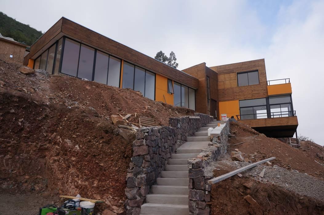 Vista acceso peatonal en obra. Casas estilo moderno: ideas, arquitectura e imágenes de Uno Arquitectura Moderno Piedra