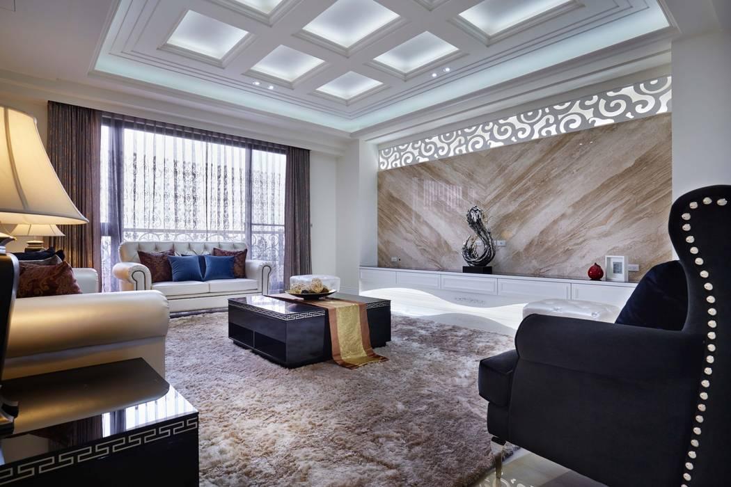 古典線板主牆以搭配天花方形鏤空層板:  飯店 by 雅和室內設計