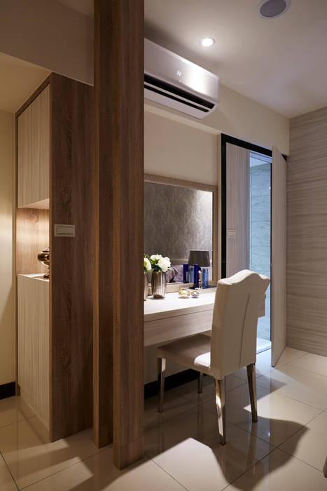 獨立梳妝台與大型衣櫃:  飯店 by 雅和室內設計